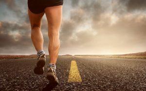 Fotografija tekaških nog na cesti brez konca - maraton